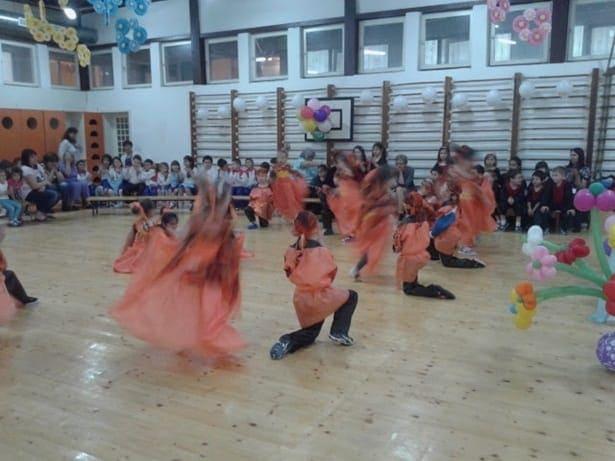 деца танцуват