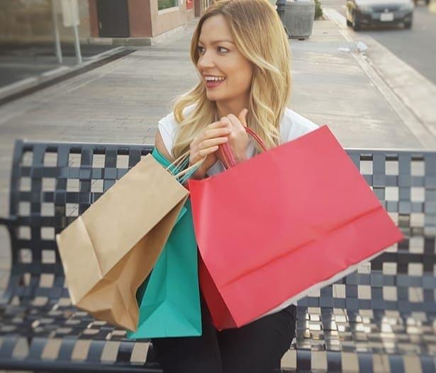 жена с пазарски торби