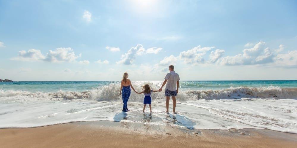 Семейство на плажа, пред вълните