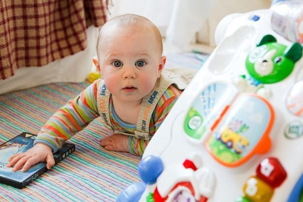 бебе в бебешко креватче