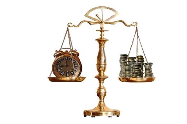 време и монети на везни