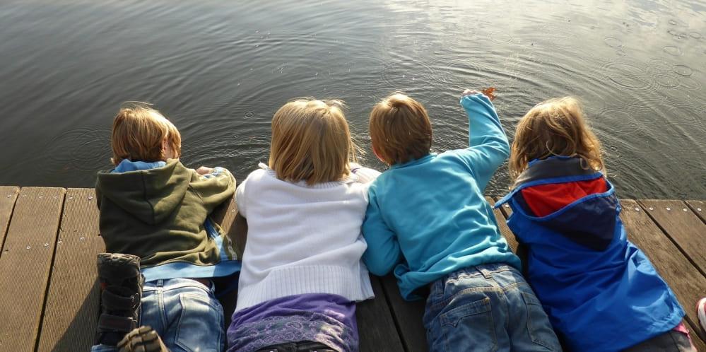 Деца легнали на брега на езерото