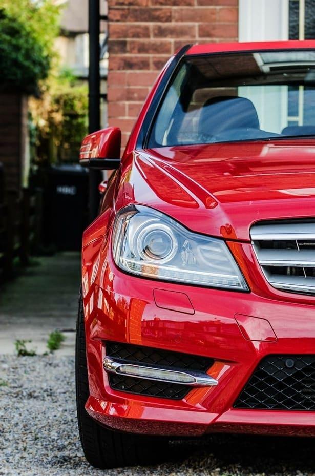 червен автомобил