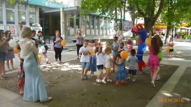 деца на Централния фонтан - Мездра