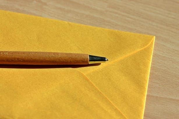 пощенски плик и химикалка