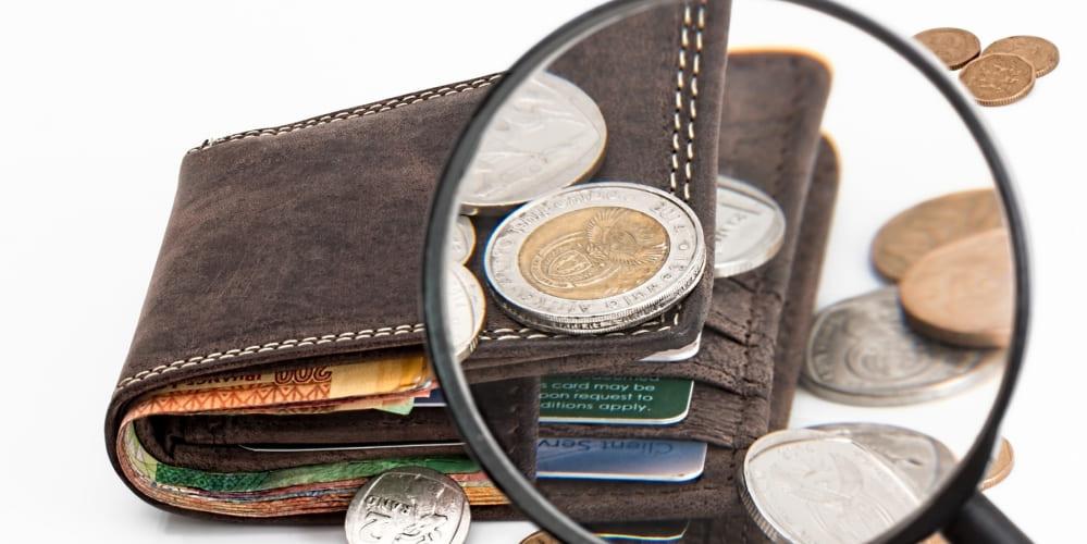 Протмосе с банкноти и стотинки, лупа