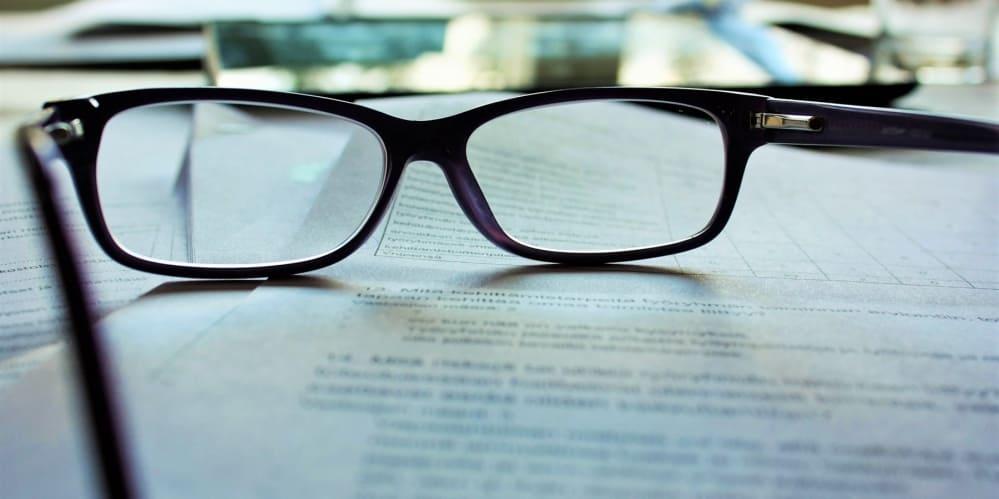 очила_върху_документи_маса