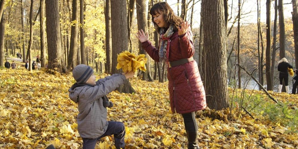 Дете подарява на майка си букет от есенни листа