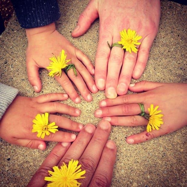 5 ръце с жълтурчета
