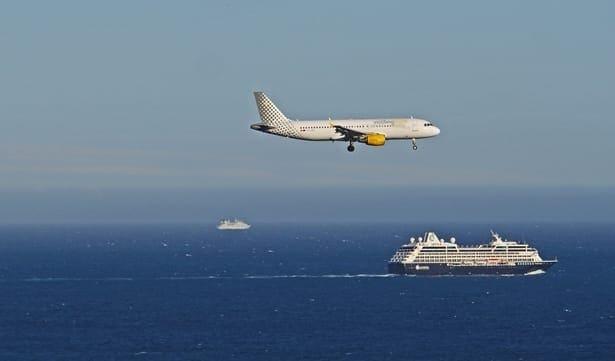 самолет и кораб