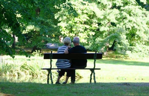 възрастни хора на пейка в парка