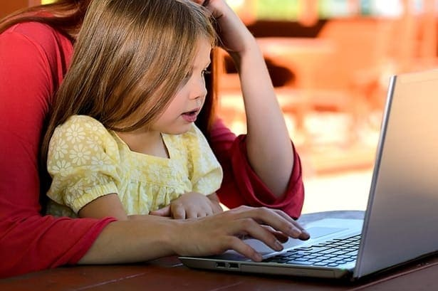 дете с майка си пред лаптоп