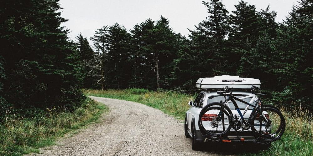 Кола в гората с допълнителен багажник и велосипеди