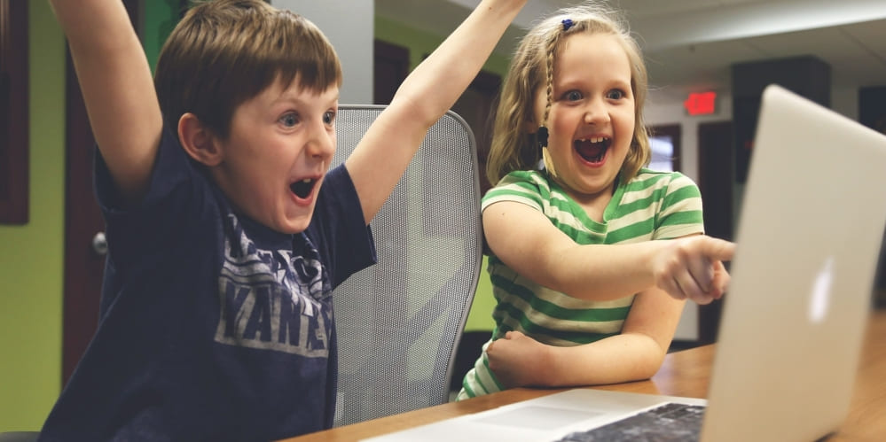 Деца се радват пред компютър