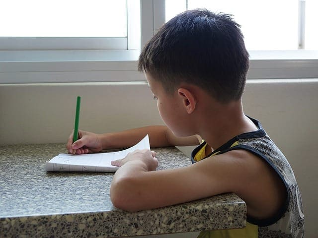 момче пише