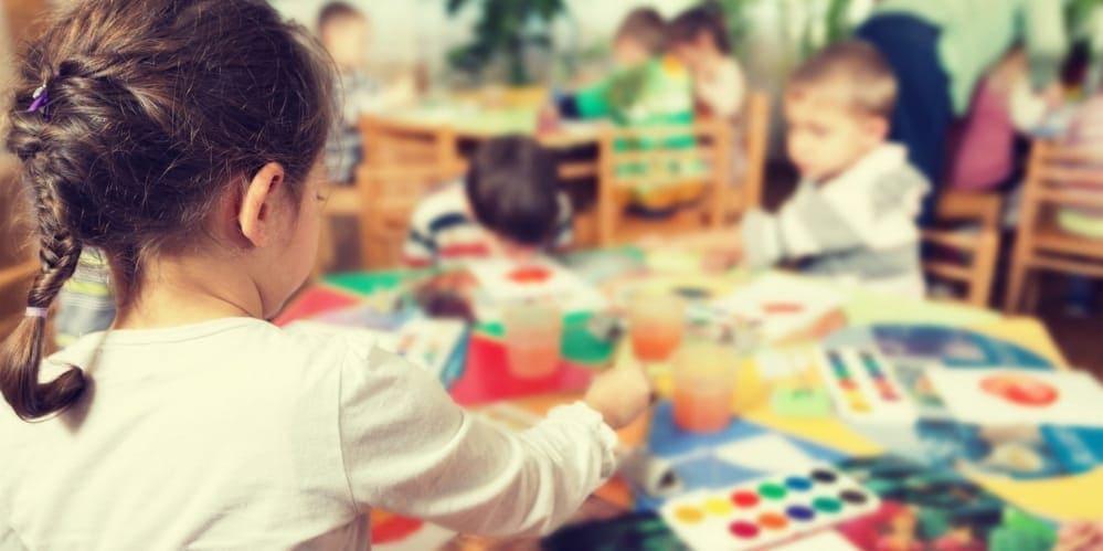 Дете рисува в училище