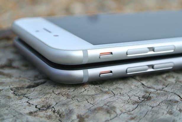 два телефона един върху друг